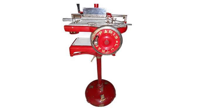 Ancienne machine à trancher Lutrana Paris sur pied